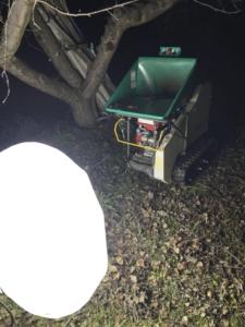りんご園の枝処理 枝を機械で粉砕し 肥料に
